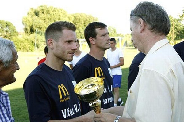 Víťazný poháre prevzal Vratislav Gajdoš z rúk Tibora Révaya, člena ŠTK ZsFZ.