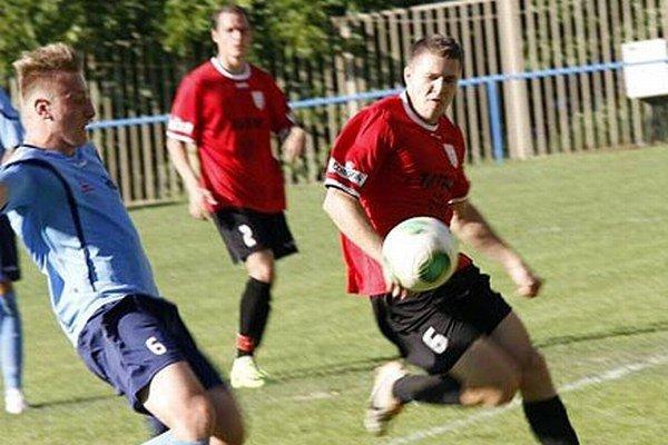 ČFK Nitra v derby porazil rezervu FC 2:1. V popredí Plešivka a Čiffáry.