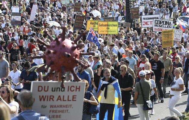 Tisícky ľudí protestovali v Düsseldorfe proti opatreniam zavedeným v snahe zabrániť šíreniu koronavírusu SARS-CoV-2.