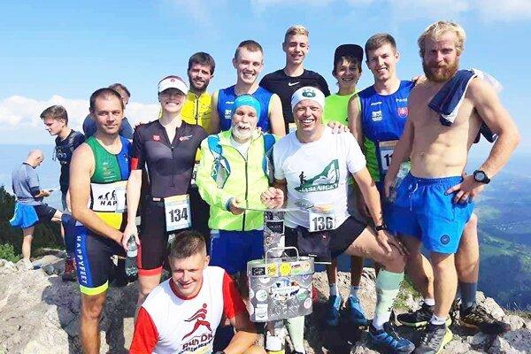 Skupina oravských bežcov na vrchole Choča.