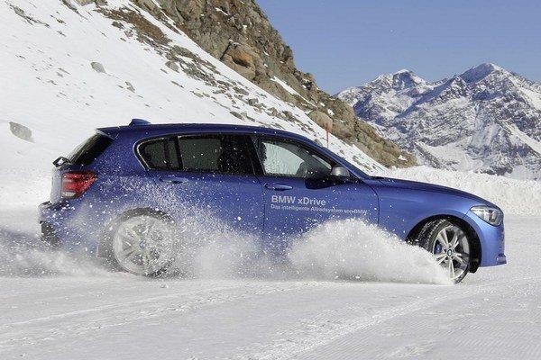 """BMW zavedením pohonu xDrive do radu jeden do bodky naplnilo slogan """"radosť z jazdy"""", pretože  neexistuje  zábavnejšie  kompaktné auto na snehu. Tým pádom možno značke odpustiť  odsúvanie pre ňu tak typického zadného pohonu na vedľajšiu koľaj."""