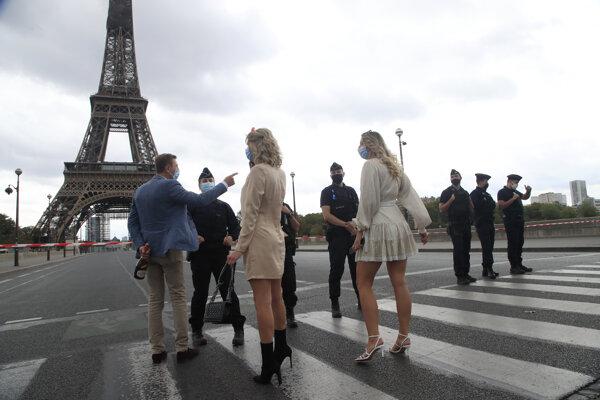 Polícia pri Eiffelovej veži v Paríži.