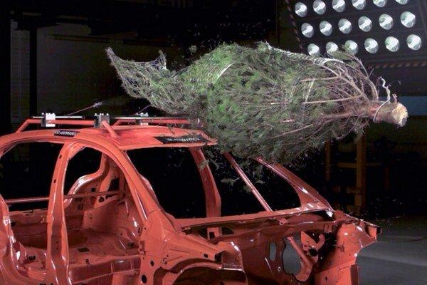 Nevhodne upevnený vianočný stromček na strešnom nosiči vozidla, sa môže stať doslova smrtiacou zbraňou.