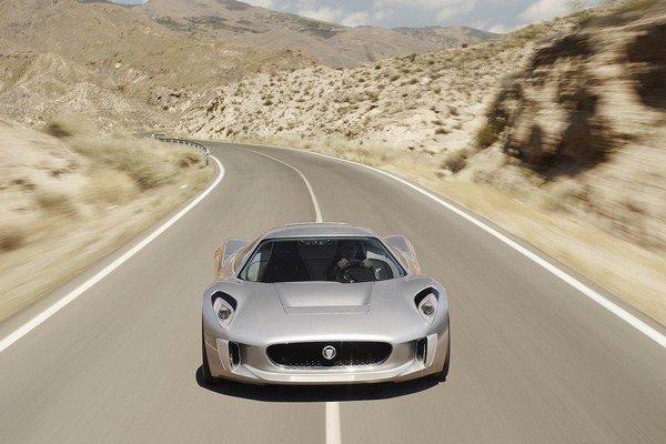 Koncept Jaguar C-X75 bol predstavený na autosalóne v Paríži pred dvoma rokmi. Prototyp mal disponovať výkonom 778 koní vďaka sústave štyroch elektromotorov.