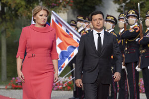 Prezidentka SR Zuzana Čaputová a prezident Ukrajiny Volodymyr Zelenskyj počas oficiálneho privítacieho ceremoniálu v Prezidentskom paláci.