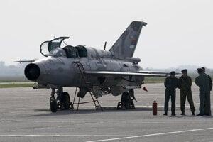 Na archívnej snímke z 6. apríla 2016 stíhacie lietadlo MiG-21 na vojenskom letisku Batajnica neďaleko Belehradu.