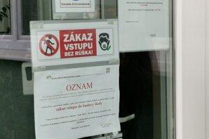 Oznam o zatvorení vidí aj na dverách SOŠ na Markušovskej ceste.