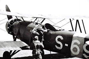 """Útek na """"Letove"""" sa mladým Slovákom podaril aj napriek opatreniam, ktoré mali zabrániť podobným prípadom, ako sa stal vPiešťanoch. Palivové nádrže lietadiel boli plnené najviac do polovice apo skončení lietania, pri ktorom musel byť prítomný veliteľ letky, mechanici vyberali zmotorov štyri sviečky."""