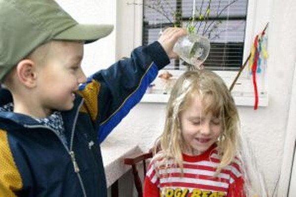 Oblievanie vodou má priniesť dievčatám čerstvosť.