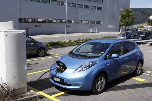 Elektrické vozidlo Nissan Leaf je schopné prejsť, podľa podmienok a typu trasy, po plnom nabití batérie približne 150 km.