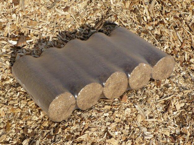 Brikety a pelety sa vyrábajú zlisovaním čistých suchých pilín, preto majú výhrevnosť ako hnedé uhlie a horia dlhšie ako drevo.