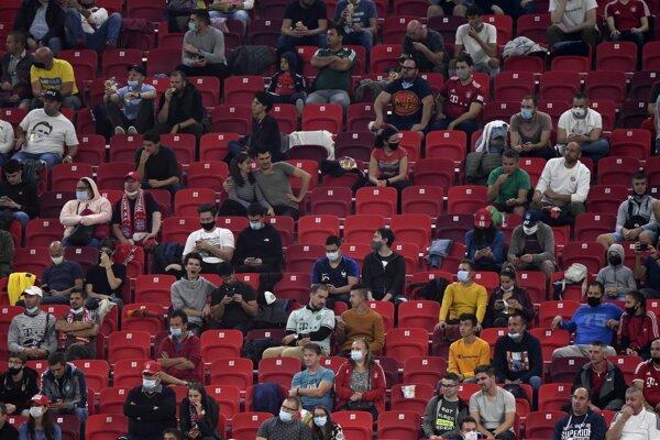 """Na finále Superpohára medzi Bayernom Mníchov a Sevillou bolo v 70-tisícovej Puskás Aréne v Budapešti  15 180 divákov. Podľa Alexandra Čeferina, prezidenta UEFA bol to """"pilotný test"""", z ktorého sa môže európska federácia veľa dozvedieť o tom, za akých okolností by sa fanúšikovia mohli postupne vracať na štadióny."""