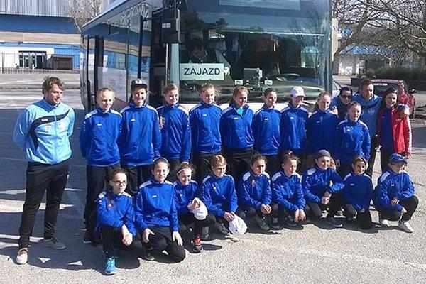 Výprava mladších žiačok FC Nitra tesne pred odchodom na bratislavské letisko.
