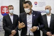 Ján Krošlák (uprostred), splnomocnenec vlády pre mládež a šport Karol Kučera (vľavo) a šéf Slovenského olympijského a športového výboru Anton Siekel.