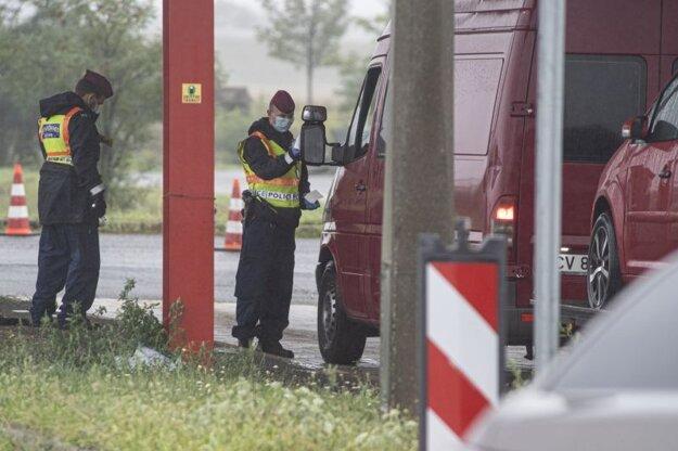Kontrola maďarskej polície z hraničného priechodu Rajka - Čunovo pri vstupe do Maďarska 1. septembra 2020.