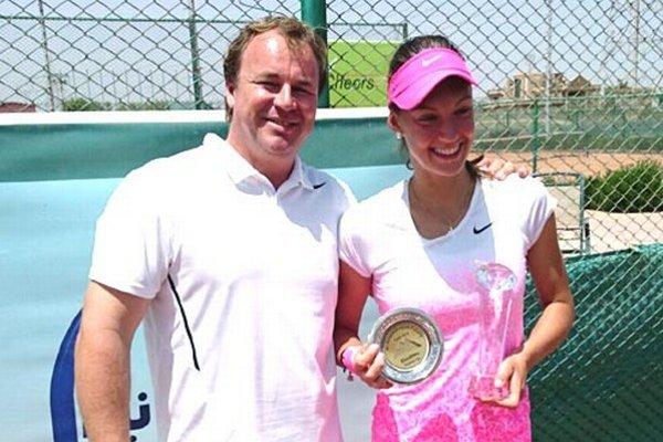Tereza Mihalíková s trénerom Jánom Studeničom a ocenením za druhé miesto vo štvorhre.