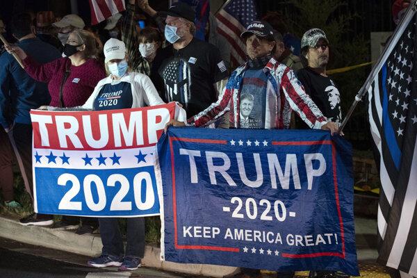 Trumpovi voliči pred nemocncou, kam prezidenta previezli.