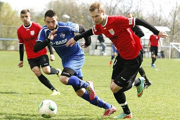 ČFK Nitra (v červenom vpravo Serenčéš) porazil Močenok 3:0.