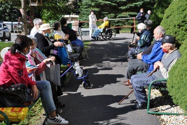 Na Orave sú zakázané návštevy v domovoch sociálnych služieb nielen v interiéroch ale aj vonku.