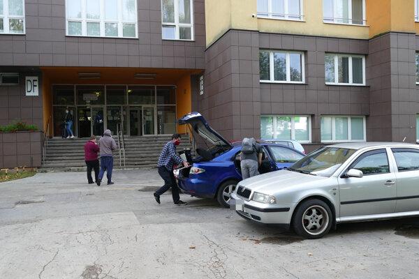 Študenti počas odchodu z internátov Žilinskej univerzity.