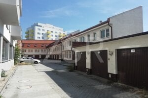Polyfunkčná budova s vlastným areálom a garážami. vyvolávacia cnea 1,21 milióna eur.