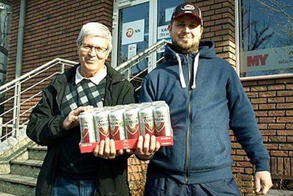 Pre kartón piva si prišiel Ivan Magdolen (vpravo) s otcom Ivanom.