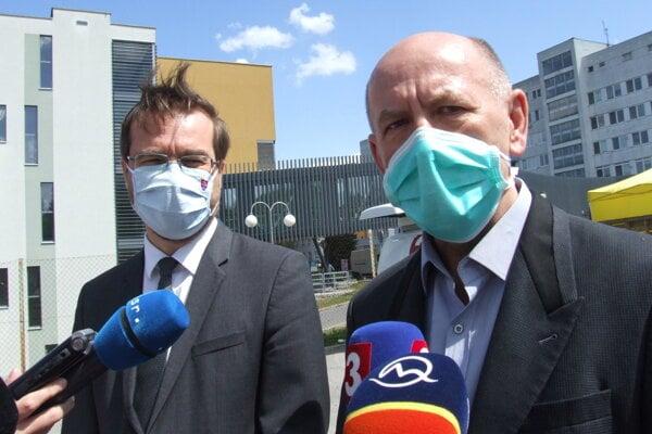 Milan Dubaj s ministrom zdravotníctva na tlačovke počas prvej vlny pandémie.