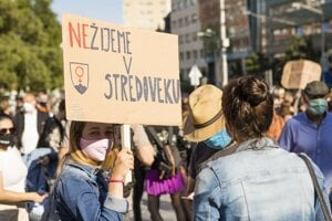 Účastníci s transparentmi počas protestu Nebudeme ticho! Pochod za rešpektovanie reprodukčných práv na Námestí SNP v Bratislave v júli 2020.