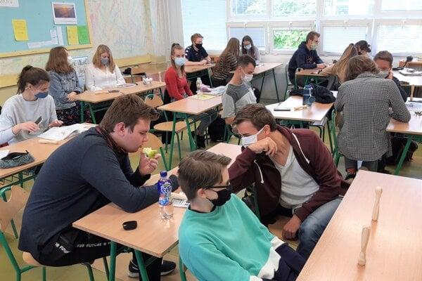 Maturanti zGymnázia Jozefa Lettricha si budú musieť na svoju stužkovú počkať.