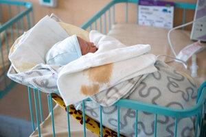 Do časti, kde zvyčajne ležia matky s predčasne narodenými deťmi, sa pre rekonštrukciu a obmedzenie priestorov presunuli aj donosené bábätká.