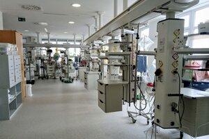 Miestnosť, kde prebieha superintenzívna zdravotná starostlivosť. Je v nej 23 inkubátorov.