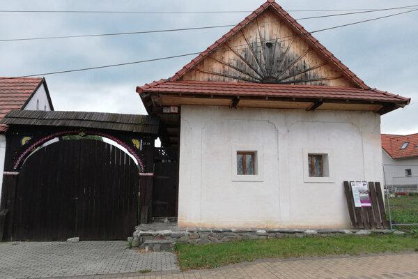 Pôvodný detviansky murovaný dvor s drevenou bránou z roku 1857.