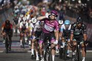 Arnaud Démare a v pozadí Peter Sagan vo finiši 7. etapy Giro d'Italia.