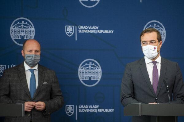Minister zdravotníctva Marek Krajčí (vpravo) a minister obrany Jaroslav Naď. Vláda v piatok odsúhlasila vyčlenenie vojakov na pomoc so zvládaním pandémie.