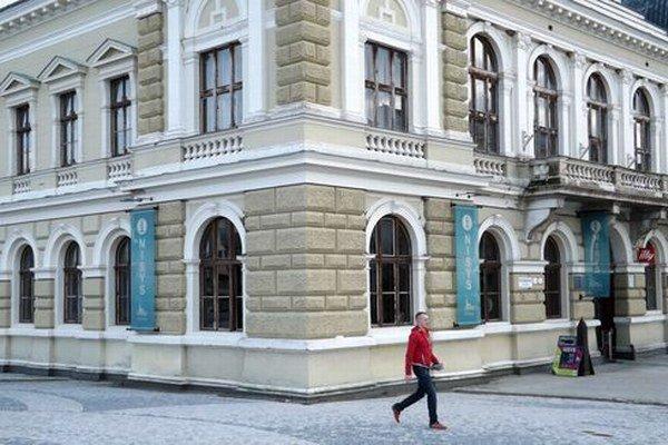 Tri banery sú na historickej radnici od decembra 2012. Označujú mestskú informačnú kanceláriu NISYS.