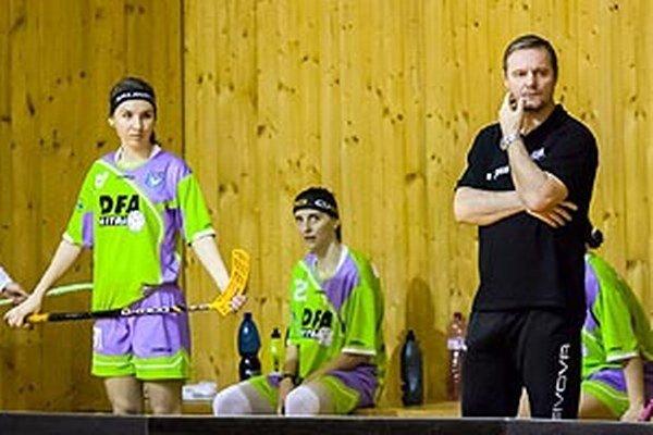 Nitrianky zvládli náročnú semifinálovú sériu v najkratšom možnom čase. Vpravo tréner Peter Satin.