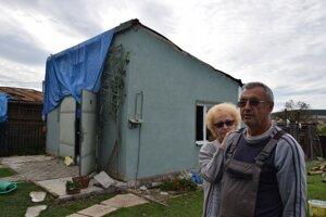 Manželom Viczénovcom zobralo tornádo strechu na garáži, poničilo ploty, posunulo altánok aúlomky škridiel poškodili zateplenú fasádu