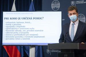 Minister dopravy a výstavby SR Andrej Doležal (Sme rodina) počas tlačovej konferencie ku kompenzačných schémach v súvislosti s ochorením Covid-19 po 43. rokovaní vlády SR v Bratislave 14. októbra 2020.