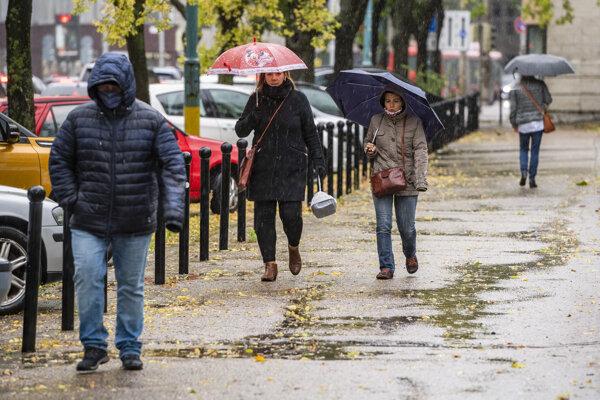 Život na Slovensku sa opäť obmedzuje. Platia sprísnené opatrenia.