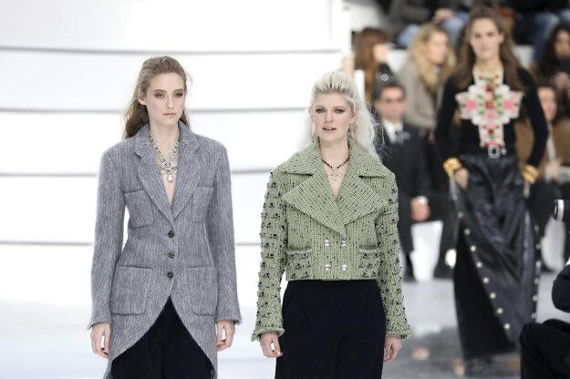 Na Parížskom týždni módy 2020 sa modelky predviedli v rôznych svetroch a kardigánoch.