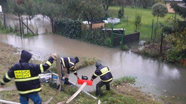 V Brehoch bojujú proti veľkej vode dobrovoľní hasiči.