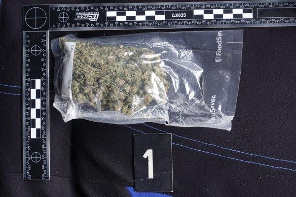 Polícia našla drogy pri prehliadke volkswagenu.