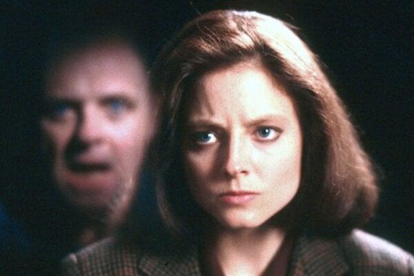 Judie Foster a Anthony Hopkins vo filme Mlčanie jahniat.