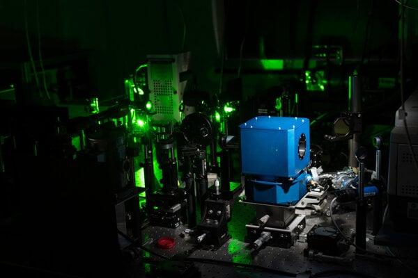 Supravodivosť mala doteraz veľké teplotné obmedzenie. Na použitie v bežnom živote je potrebné, aby jav fungoval aj pri izbovej teplote. Na snímke je laboratórium, v ktorom sa to vedcom prakticky podarilo.