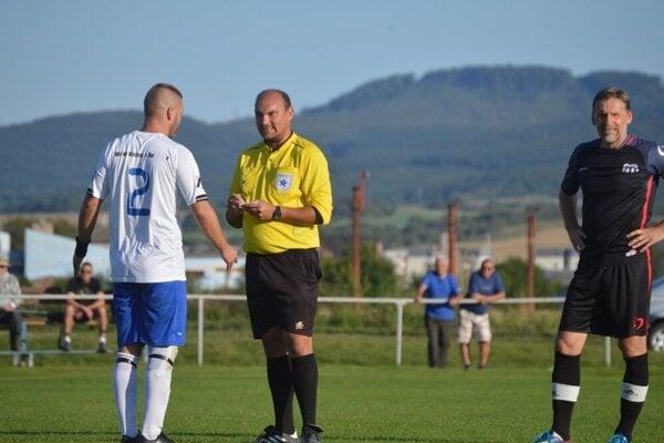 Hlavný rozhodca stretnutia Stanislav Jaroš (v žltom) si chybu priznal.
