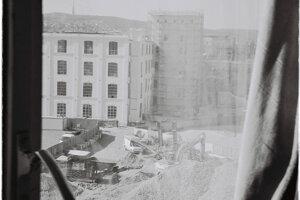 Výhľad z okna Cvernovky - budova sa aktuálne búra a miesto nej vyrastie nová výšková budova.