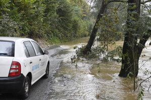 zaplavená nová obchádzková cesta, ktorú otvorili kvôli uzavretému mostu cez rieku Hornád medzi obcami Kysak a Veľká Lodina v okrese Košice-okolie.