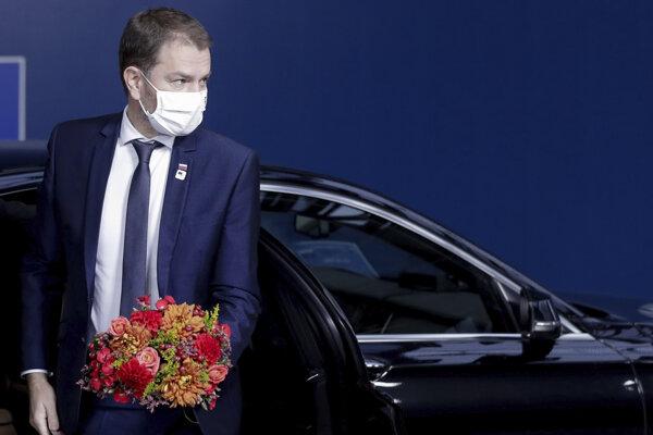 Slovenský premiér Igor Matovič s kyticou prichádza na druhý deň summitu EÚ v sídle Európskej rady v Bruseli 16. októbra 2020.