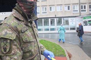 Pri triáži pomáhajú aj v nemocnici Žiari nad Hronom vojaci.