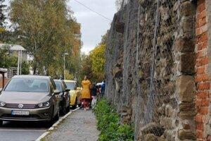 Mestský múr vlastník zabezpečil sieťkou.
